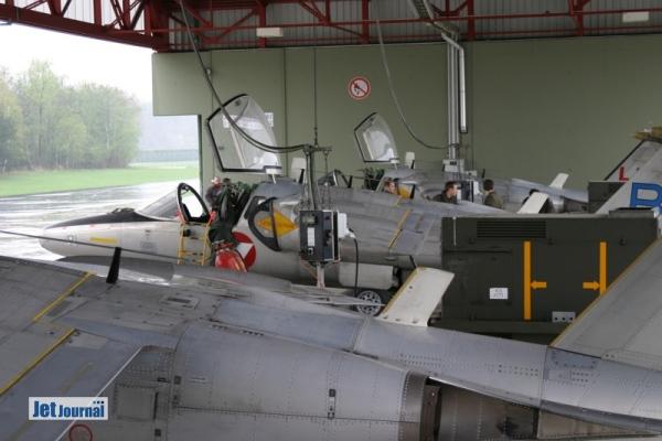 3 Saab 105OE werden in den Luftfahrzeugdurchrollhallen betankt. Was für ein Wort ;-)