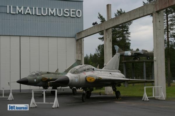 Im Freiluftgelände des Museum erwarten den Besucher zwei Draken (DK-241 35FS & DK-270 35CS) die in Finnland von 1976-2000 im Einsatz waren. Bei der Saab 35CS handelt es sich um eine zweisitzige Trainerversion der Draken von der lediglich 25 gebaut wurden. Fünf davon wurden von der finnischen Luftwaffe genutzt. Die Folland Gnat F1 wurden von 1958 bis 1974 genutzt...