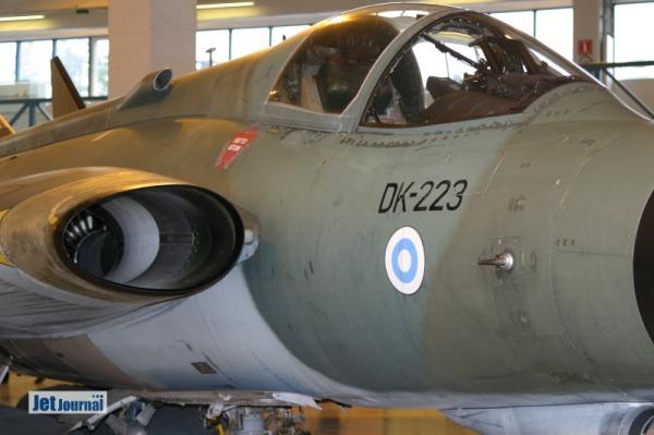 ...die anderen Ausstellungsstücke befinden sich in gut restauriertem Zustand in einer großen Halle. Zu sehen sind: DK-223: Die DK-223 war die letzte von 12 bei Valmet in Finnland gebaute Draken. Fertig gestellt wurde sie am 03.10.1975...